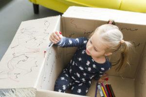 Een speelgoedvrije week: spelen met dozen. Afbeelding: Freekpik